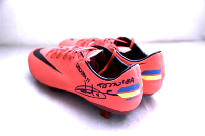 In 2012 Didier donated a pair of size 9 Nike football boots.